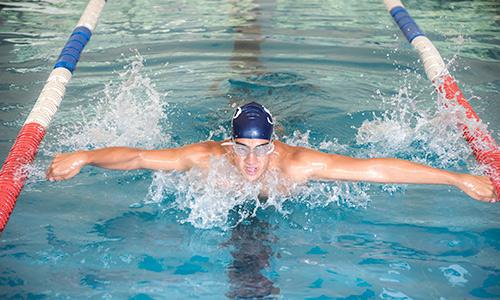 nadando en colegio particular